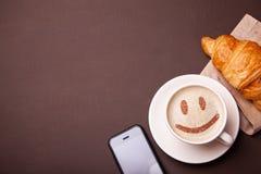 Tasse Kaffee mit Lächelngesicht auf Schaum Ich mag Kaffeepause stockbild