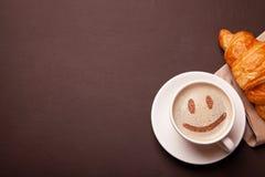 Tasse Kaffee mit Lächelngesicht auf Schaum Ich mag Kaffeepause lizenzfreies stockfoto