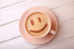 Tasse Kaffee mit Lächelngesicht auf Schaum Ich mag Kaffeepause lizenzfreie stockfotografie