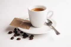 Tasse Kaffee mit Löffel, Zucker und Kaffeebohnen Stockfotografie