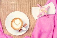 Tasse Kaffee mit Lattekunst leasure Zeitkonzept Gebrauch als Musterfülle, Hintergrund Stockfotos