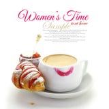 Tasse Kaffee mit Lippenstiftkennzeichen Stockfotos