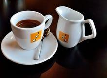 Tasse Kaffee mit Milch Stockfotos