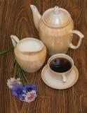Tasse Kaffee mit Milch, Kaffeetopf und Kornblumen Stockbilder