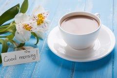 Tasse Kaffee mit Milch, leerem Papier im Umschlag, Stift und Al stockbild