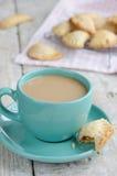 Tasse Kaffee mit Milch und Apfelkuchen auf hölzernem Hintergrund Stockbild