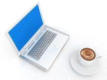 Tasse Kaffee mit Milch und Laptop Stockfoto