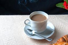 Tasse Kaffee mit Milch zum Frühstück Lizenzfreies Stockfoto