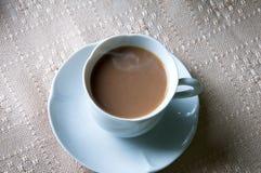 Tasse Kaffee mit Milch zum Frühstück Stockfotografie