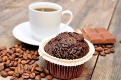 Tasse Kaffee mit Muffin lizenzfreie stockbilder
