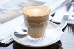 Tasse Kaffee mit Nachrichtenpapier auf Tabelle stockfoto