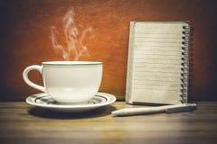 Tasse Kaffee mit Notizblock für addieren Sie Text Stockbilder