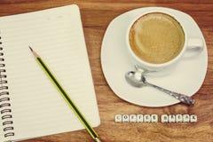 Tasse Kaffee mit Notizblock für addieren Sie Text Stockfotografie
