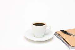Tasse Kaffee mit Notizbuch Stockfoto