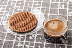 Tasse Kaffee mit Oblate auf dem Entlastungshintergrund horizontal Stockfoto