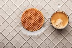 Tasse Kaffee mit Oblate auf der Draufsicht des Entlastungshintergrundes Stockfoto