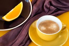 Tasse Kaffee mit orange Scheibe Stockfotos
