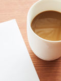 Tasse Kaffee mit Papieranmerkung Lizenzfreies Stockfoto