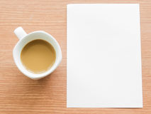 Tasse Kaffee mit Papieranmerkung Stockfoto