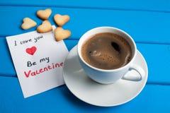 Tasse Kaffee mit Plätzchen für Valentinsgruß ` s Tag Stockbild