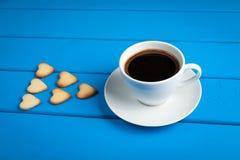 Tasse Kaffee mit Plätzchen für Valentinsgruß ` s Tag Stockbilder