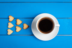 Tasse Kaffee mit Plätzchen für Valentinsgruß ` s Tag Stockfotos