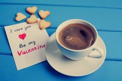 Tasse Kaffee mit Plätzchen für Valentinsgruß ` s Tag Lizenzfreies Stockfoto