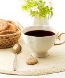 Tasse Kaffee mit Plätzchen Stockbild