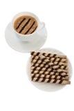 Tasse Kaffee mit Sahnebeutel der Waffel. Lizenzfreie Stockbilder