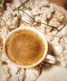 Tasse Kaffee mit schönem crema auf den Oberteilen als Hintergrund Lizenzfreies Stockbild