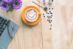 Tasse Kaffee mit schöner Lattekunst stockbild