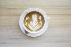 Tasse Kaffee mit schöner Lattekunst wie man Lattekunst cof macht stockbilder