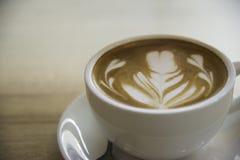 Tasse Kaffee mit schöner Lattekunst wie man Lattekunst cof macht Lizenzfreies Stockbild