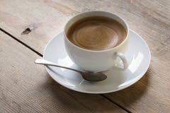 Tasse Kaffee mit Schaumgummi Stockfoto