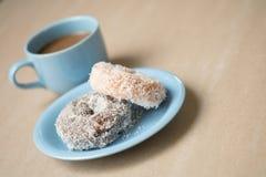 Tasse Kaffee mit Schaumgummiringen stockfotografie