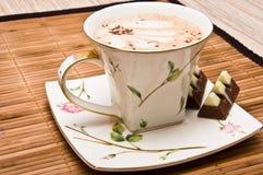 Tasse Kaffee mit Schokolade. Lizenzfreie Stockbilder