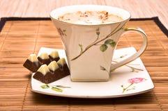 Tasse Kaffee mit Schokolade. Stockfotografie