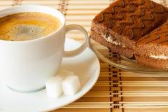 Tasse Kaffee mit Schwammkuchen Stockfoto