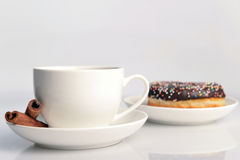 Tasse Kaffee mit süßem Krapfen Lizenzfreies Stockbild