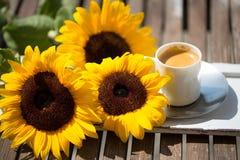 Tasse Kaffee, mit Sonnenblumen Lizenzfreies Stockfoto