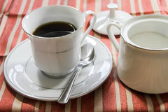 Tasse Kaffee mit Sugar Bowl Lizenzfreie Stockfotos
