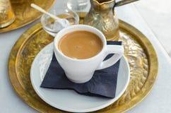Tasse Kaffee mit türkischer Freude lizenzfreies stockfoto