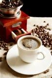 Tasse Kaffee mit Tasche, Kaffeebohnen auf Flachsleinen Lizenzfreies Stockbild