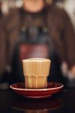 Tasse Kaffee mit Untertasse auf Cafézähler Lizenzfreie Stockfotos