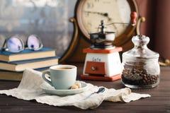 Tasse Kaffee mit Untertasse mit Tasche mit Kaffeebohnen auf Schwarzem Stockfotos
