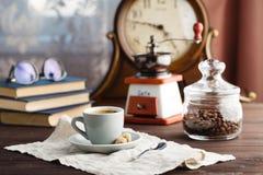 Tasse Kaffee mit Untertasse mit Tasche mit Kaffeebohnen auf Schwarzem Lizenzfreies Stockbild