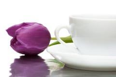 Tasse Kaffee mit violetter Tulpe Lizenzfreie Stockfotografie