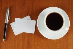 Tasse Kaffee mit Visitenkarten und Feder Stockfotografie