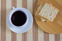 Tasse Kaffee mit Weizencracker in der Frühstückszeit Lizenzfreie Stockfotografie