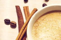 Tasse Kaffee mit Zimt stockfotografie